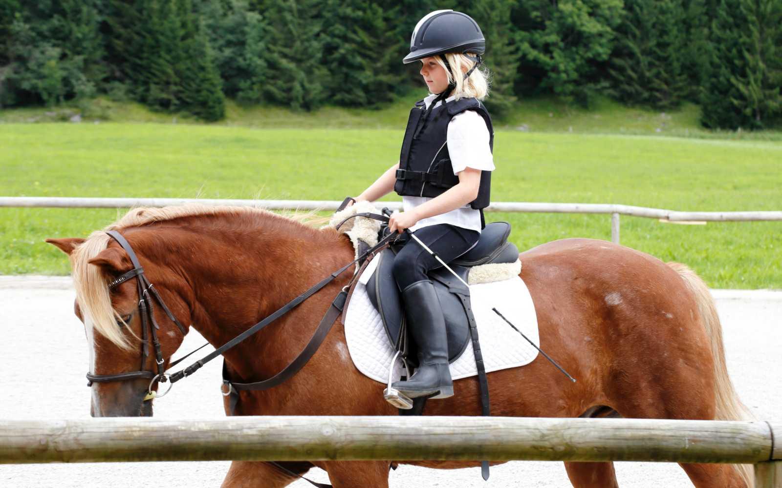 bambina a cavallo nel centro di equitazione