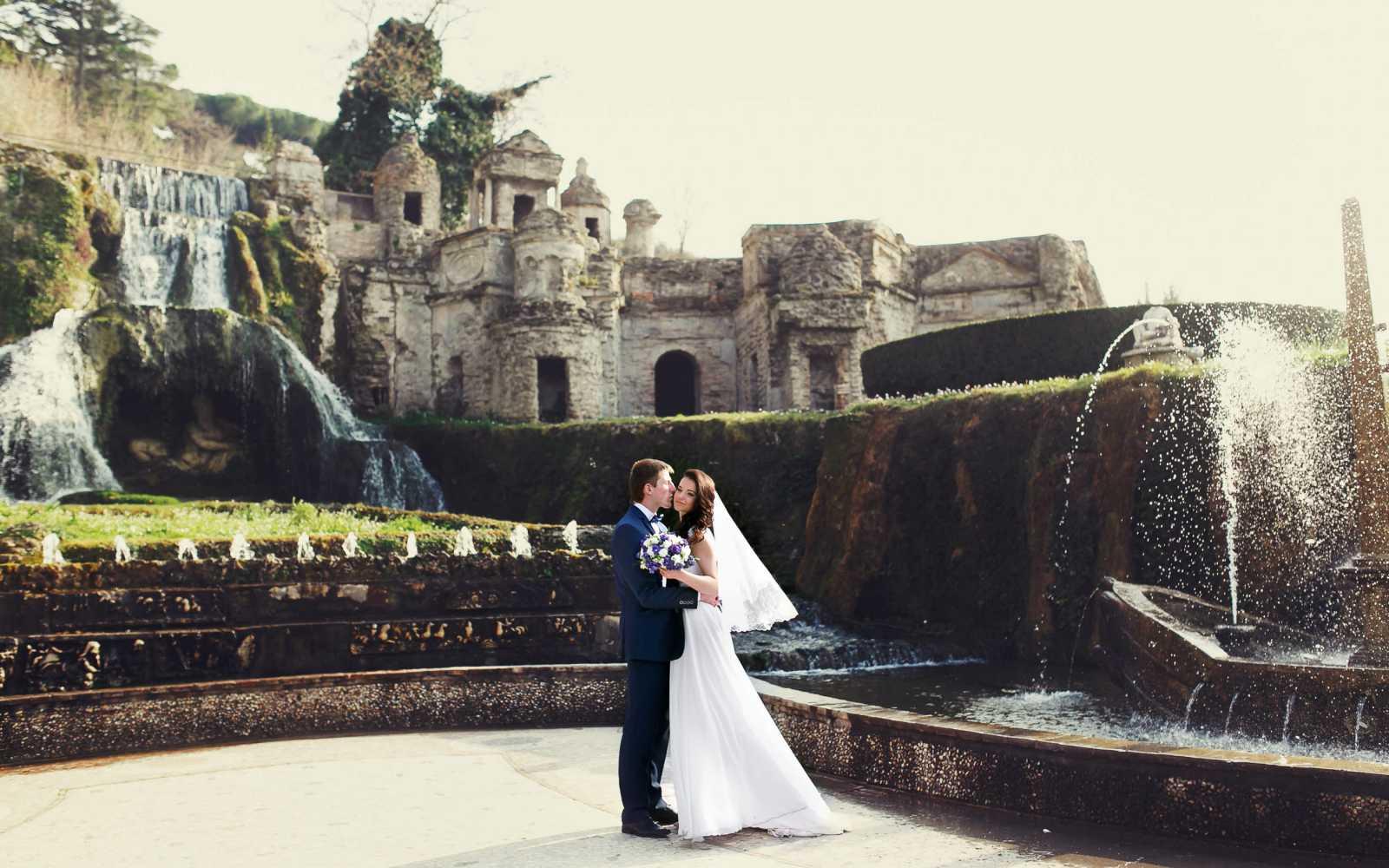 sposi a Villa d'Este si sono appena sposati